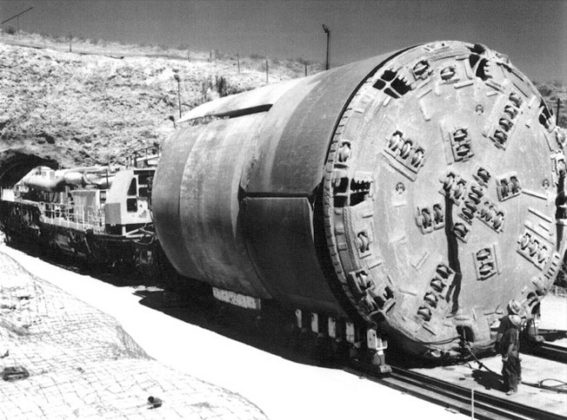 https://upload.wikimedia.org/wikipedia/commons/c/cf/Tunnel_Boring_Machine_(Yucca_Mt).jpg